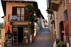 Barolo landskap av Cuneo, Piedmont, Italien Juli 2018 Gränderna av den gamla staden royaltyfria bilder