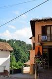Barolo landskap av Cuneo, Piedmont, Italien Juli 2018 Gränderna av den gamla staden arkivbilder