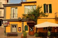 Barolo landskap av Cuneo, Piedmont, Italien Juli 2018 Gränderna av den gamla staden royaltyfri fotografi