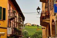 Barolo landskap av Cuneo, Piedmont, Italien Juli 2018 Gränderna av den gamla staden royaltyfri foto