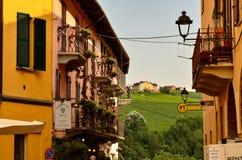 Barolo landskap av Cuneo, Piedmont, Italien Juli 2018 Gränderna av den gamla staden arkivfoto