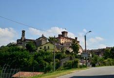 Barolo landskap av Cuneo, Piedmont, Italien Juli 2018 Sikt på den historiska mitten av Barolo royaltyfria foton