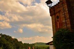 Barolo Piedmont, Italien Juli 2018 Från slotten har du storartade sikter av den omgeende bygden royaltyfria foton