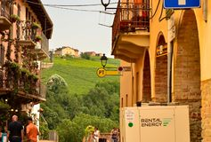 Barolo, província de Cuneo, Piedmont, Itália Em julho de 2018 As aleias da cidade velha imagem de stock