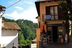 Barolo, Provinz von Cuneo, Piemont, Italien Juli 2018 Die Gassen der alten Stadt lizenzfreie stockfotografie