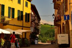 Barolo, Provinz von Cuneo, Piemont, Italien Juli 2018 Die Gassen der alten Stadt lizenzfreie stockbilder