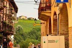 Barolo, prowincja Cuneo, Podgórska, Włochy Lipiec 2018 Aleje stary miasteczko obraz stock