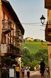Barolo, prowincja Cuneo, Podgórska, Włochy Lipiec 2018 Aleje stary miasteczko obrazy stock