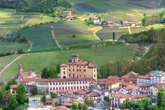 Barolo Schloss und Hügel von Piedmont, Italien. Stockbilder
