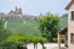 Barolo vinodling med vingården Alba Italien royaltyfri foto