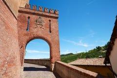 Barolo wejścia średniowieczny grodowy łuk w czerwonych cegłach w Włochy Obraz Royalty Free