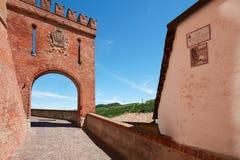 Barolo wejścia średniowieczny grodowy łuk w czerwonych cegłach, Włochy Zdjęcie Stock