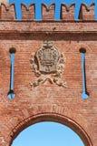 Barolo wejścia średniowieczny grodowy łuk w czerwonych cegłach w Włochy Obraz Stock