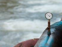 Baromètre sur une conduite d'eau rouillée bleue Photographie stock libre de droits