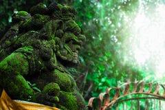 Barong狮子在巴厘语寺庙前面的监护人雕象 Indones 库存照片