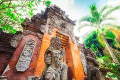 Barong Lion Guard tände near relikskrinväggar vid solsken på det Gunung Kawi tempelkomplexet, Bali, Indonesien Arkivbilder
