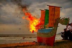 Barongsai和龙小船燃烧 库存照片