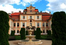 Baroque czech chateau Jemniste. Court of czech chateau Jemniste (Jemniště) with fountain, Czech republic Royalty Free Stock Photos