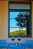 Barossa Dolinny winnica odbijał w okno przed wino stołem dla Dwa w Australia Obraz Stock