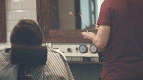 Barper, welches das Arbeiten vorbereitet Friseursalon Rasieren des Rasiermessers Friseurrasiermesser stock footage