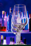 Barplank en transparante wijnglazen op een rij Royalty-vrije Stock Afbeeldingen