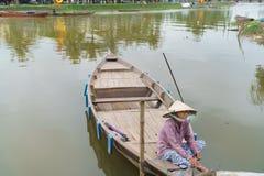 Barqueiro com os chapéus cónicos em Vietnam Fotografia de Stock