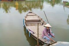 Barqueiro com os chapéus cónicos em Vietnam Imagens de Stock