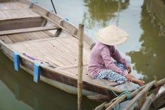 Barqueiro com os chapéus cónicos em Vietnam Imagem de Stock