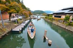Barqueiro de Arashiyama que cumprimentam turistas foto de stock