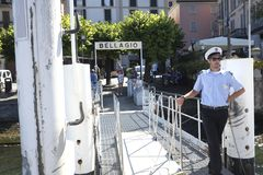 Barqueiro que espera a chegada do barco no terminal em Bellagio no lago Como Imagem de Stock