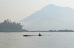 Barqueiro Sailing Motorboat In o rio imagem de stock royalty free