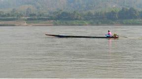 Barqueiro Sailing Motorboat In o rio imagem de stock