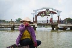 Barquero con los sombreros cónicos en Vietnam Fotos de archivo libres de regalías