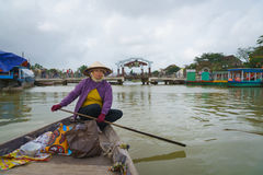 Barquero con los sombreros cónicos en Vietnam Fotografía de archivo