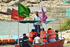 Barquero y visitantes del río chambal Fotografía de archivo