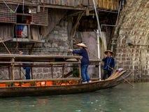 Barqueros chinos que esperan a turistas Foto de archivo