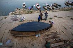 Barqueros en los bancos del río de Ganga Imagen de archivo