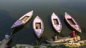 Barqueros en los bancos del río de Ganga Fotos de archivo