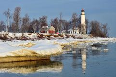 Barques aux. phare, glace de point de l'hiver Photo libre de droits