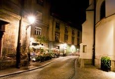 Barra al aire libre en la oscuridad de la noche en ciudad vieja Imágenes de archivo libres de regalías