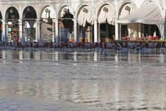 Barra al fresco a St Mark con alta marea a Venezia Immagini Stock Libere da Diritti