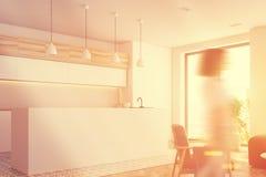 Barra bianca della cucina, poltrona, vista laterale tonificata Fotografia Stock Libera da Diritti