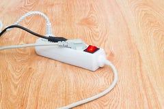 Barra branca do poder e três tomadas de poder com cabos dos canos principais Imagem de Stock