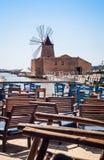 Barra com vista de planos de sal de Mozia e de um moinho de vento velho no Marsala Fotos de Stock Royalty Free