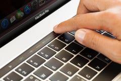 Barra commovente di tocco della mano del primo piano su macbook pro 2016 Fotografia Stock Libera da Diritti