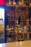 Barra con el golpecito de la cerveza Fotografía de archivo libre de regalías