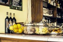 Barra con el vino y la comida de fruta Imagen de archivo