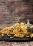 Barra con i dadi, fuoco selettivo del cereale Fotografie Stock Libere da Diritti