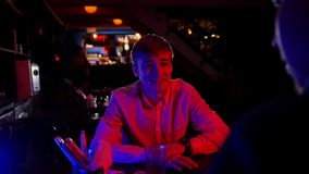 Barra con la iluminación de neón Amigos que pasan el tiempo que habla con su amigo almacen de video