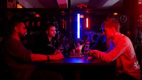 Barra con la iluminación de neón Amigos que pasan el tiempo junto que habla almacen de video